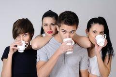 Beber bonito dos adolescentes imagens de stock