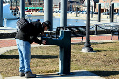 Beber da fonte de água no parque imagens de stock royalty free