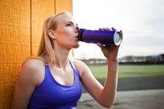 Beber desportivo da mulher imagem de stock