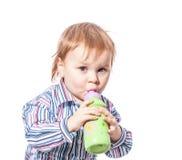 Beber do menino da criança foto de stock royalty free
