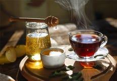 Beber saudável do chá do café da manhã Tempo de manhã Um copo do chá preto, mel, folhas de hortelã, maçãs Imagens de Stock
