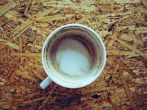 Bebió la taza de café en la tabla fotos de archivo