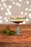 Bebida acodada del día de fiesta con el borde del bastón de caramelo - aliste para la hora feliz de la Navidad Imágenes de archivo libres de regalías