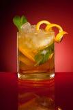 Bebida alaranjada com gelo e hortelã Fotografia de Stock Royalty Free