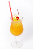 Bebida alaranjada do cocktail com limão e cereja Foto de Stock