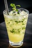 Bebida alaranjada do cocktail do verão do mojito na barra exterior do beira-rio imagem de stock