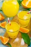 Bebida alaranjada doce com gelo fotografia de stock royalty free