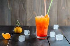Bebida alaranjada fresca do cocktail com cubos de gelo Imagens de Stock Royalty Free