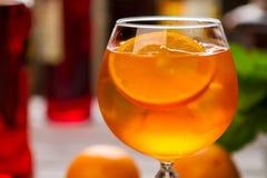 Bebida alaranjada no copo de vinho fotos de stock