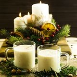 Bebida alcoólica de aquecimento do leite na Noite de Natal Imagens de Stock Royalty Free