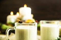 Bebida alcoólica de aquecimento do leite na Noite de Natal Fotos de Stock