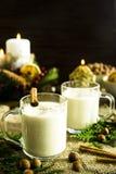 Bebida alcoólica de aquecimento do leite na Noite de Natal Imagens de Stock