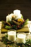 Bebida alcoólica de aquecimento do leite na Noite de Natal Fotos de Stock Royalty Free