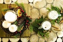 Bebida alcoólica de aquecimento do leite na Noite de Natal Foto de Stock