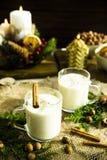 Bebida alcoólica de aquecimento do leite na Noite de Natal Fotografia de Stock