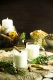 Bebida alcoólica de aquecimento do leite na Noite de Natal Fotografia de Stock Royalty Free