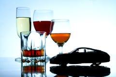 Bebida alcoólica e um carro do brinquedo Foto de Stock