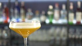 Bebida alcoólica fresca no contador da barra video estoque