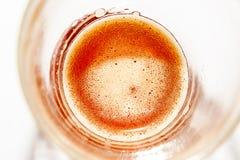 a bebida alcoólica Trigo-colorida da cerveja em um close-up de vidro com uma leve espuma na superfície apropriada para partidos d imagem de stock royalty free