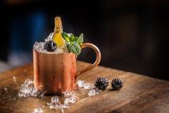 Bebida alcohólica del cóctel de la mula de Moscú en contador de la barra en pub o re fotos de archivo