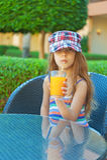 Bebida alegre do suco do pêssego da menina Foto de Stock Royalty Free