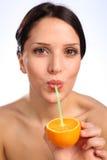 Bebida anaranjada del zumo de fruta de la vitamina C para la mujer joven Foto de archivo