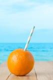 Bebida anaranjada fresca por la playa Imágenes de archivo libres de regalías