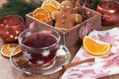 Bebida aromática quente ferventada com especiarias do álcool da especiaria do inverno do vinho imagem de stock