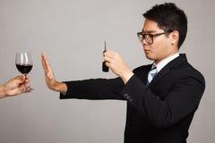 Bebida asiática de la impulsión del hombre de negocios no Imagen de archivo