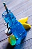 Bebida azul com gelo Imagens de Stock