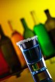 Bebida azul do tiro do álcool imagens de stock royalty free