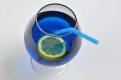 Bebida azul en vidrio imagenes de archivo