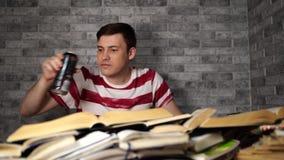 Bebida bebendo da energia do homem novo ao estudar Conceito da estudante universit?rio Energiza??o antes de aprender filme