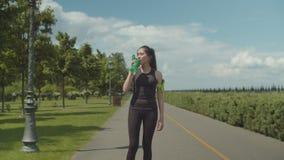 Bebida bebendo da energia da mulher do ajuste após o exercício duro filme