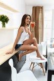 Bebida bebendo do batido da desintoxicação da mulher saudável dentro nutrition Fotos de Stock