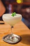 Bebida blanca de la señora fotografía de archivo