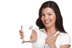 Bebida bonita nova da mulher um leite da aprovação do vidro Fotografia de Stock
