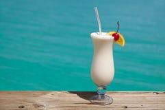 Bebida branca pelo mar de turquesa Foto de Stock Royalty Free