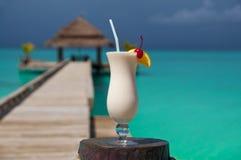 Bebida branca pelo mar de turquesa Imagens de Stock Royalty Free