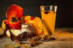 Bebida caliente de la manzana Bebida tradicional por tardes del invierno Foto de archivo