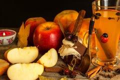 Bebida caliente de la manzana Bebida tradicional por tardes del invierno Imagenes de archivo