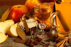 Bebida caliente de la manzana Bebida tradicional por tardes del invierno Imagen de archivo