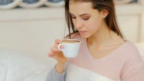 Bebida caliente de la muchacha del disfrute del café de la energía de la mañana metrajes