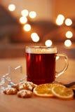 Bebida caliente de la Navidad con las especias y el pan de jengibre Foto de archivo