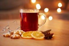 Bebida caliente de la Navidad con las especias y el pan de jengibre Fotos de archivo libres de regalías