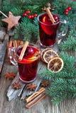 Bebida caliente de la Navidad en vidrio Carte cadeaux de la Navidad con la composición del día de fiesta Imagen de archivo