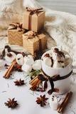 Bebida caliente del Año Nuevo de la Navidad del invierno Taza de chocolate caliente o de cacao con la melcocha, cajas de regalo c fotos de archivo