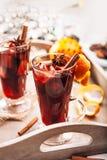 Bebida caliente del aroma del vino con las especias en vidrios altos Foto de archivo libre de regalías
