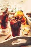 Bebida caliente del aroma del vino con las especias en vidrios altos Imagen de archivo