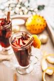Bebida caliente del calentador del aroma del vino con las especias y la naranja Fotos de archivo